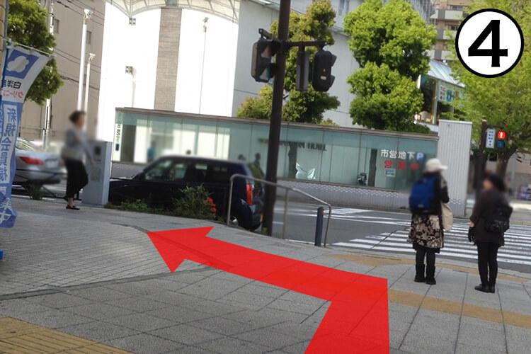 まっすぐ進むと目の前にハリウッドというパチンコ屋さんが見えるのでそのまま直進してください。