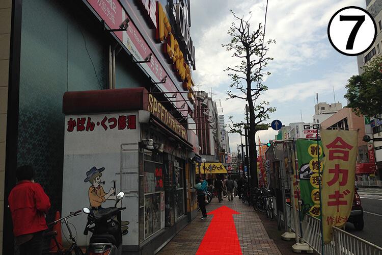 ⑦到着!!黒い建物でピンクのカーテン、中のマネキンが目印です。